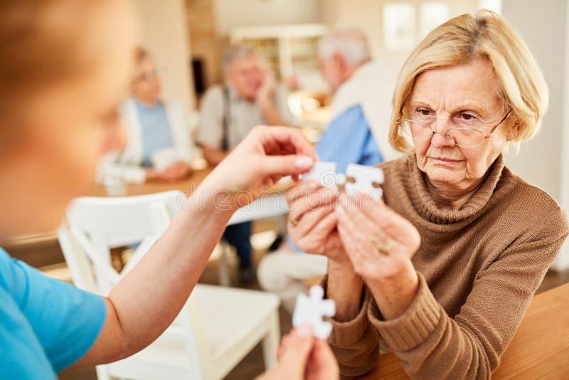 Superior com Alzheimer ou demência imagem de stock