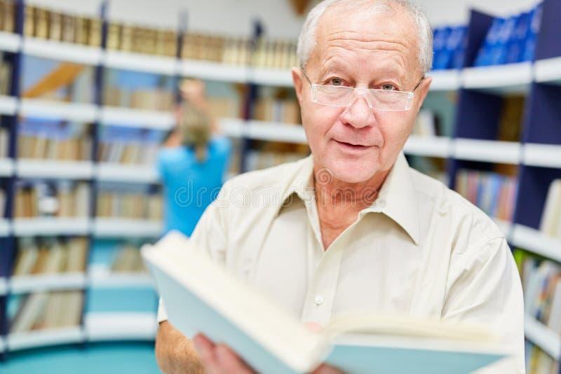 Superior na biblioteca no lar de idosos fotografia de stock