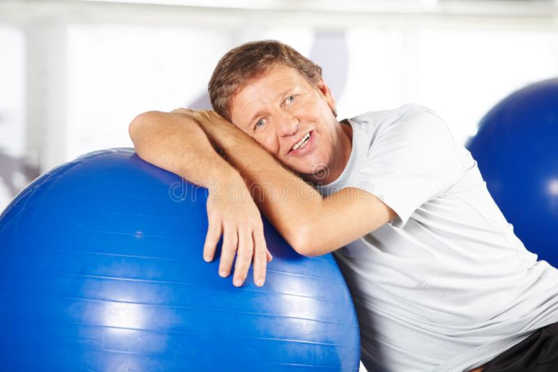 Superior no fitness center na classe dos esportes imagens de stock royalty free
