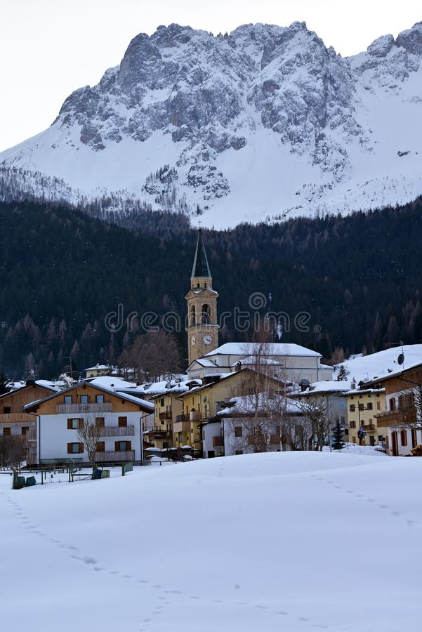Superiore Padola Comelico под снегом, итальянскими доломитами стоковые фото