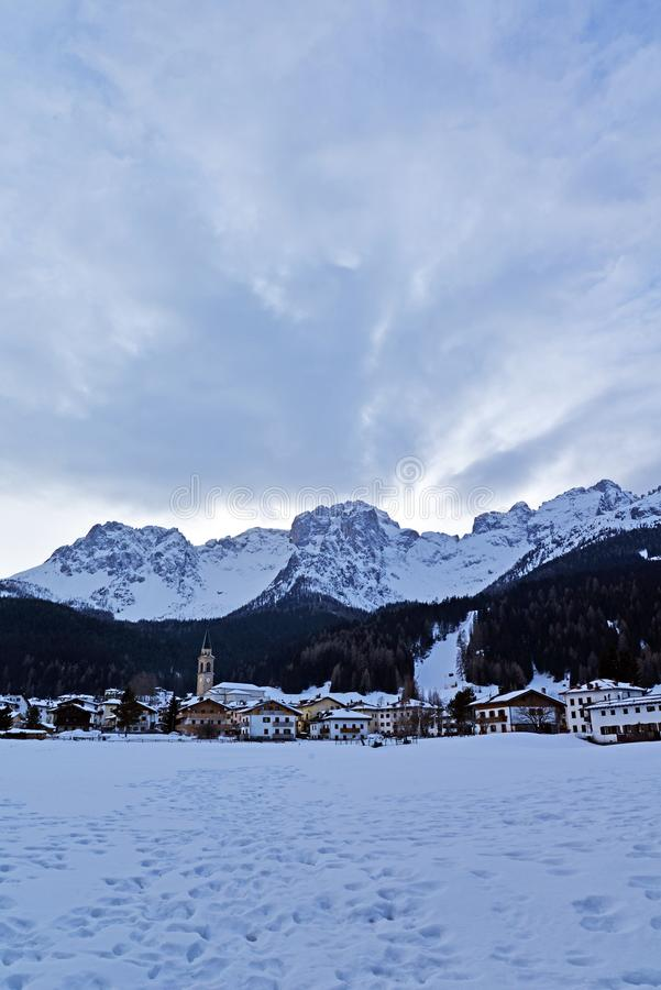 Superiore Padola Comelico под снегом, итальянскими доломитами стоковое изображение