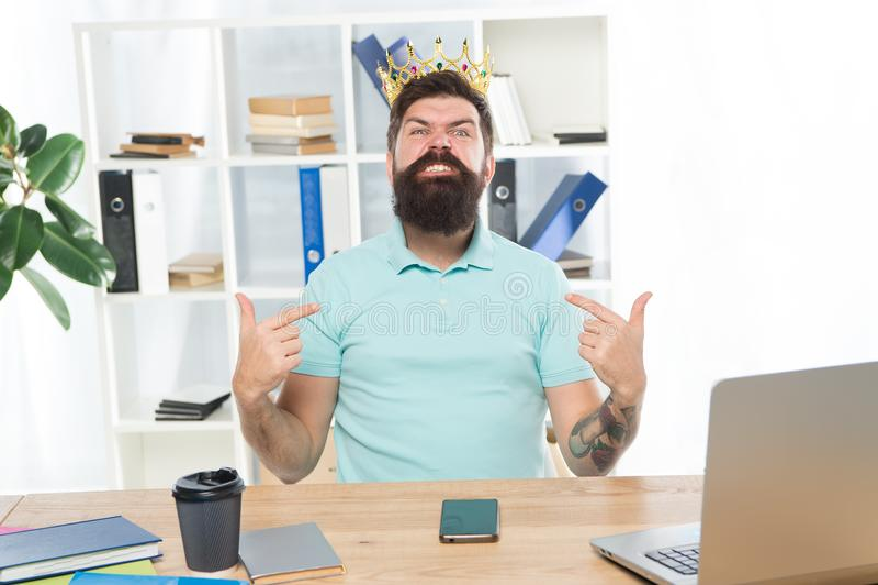 Superioridade e autoconfiança Rei do escritório Chefe sério no lugar de trabalho Gritaria agressiva do chefe em você despedido fotos de stock royalty free