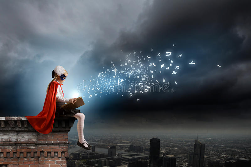 Superkid με το βιβλίο στοκ φωτογραφία με δικαίωμα ελεύθερης χρήσης