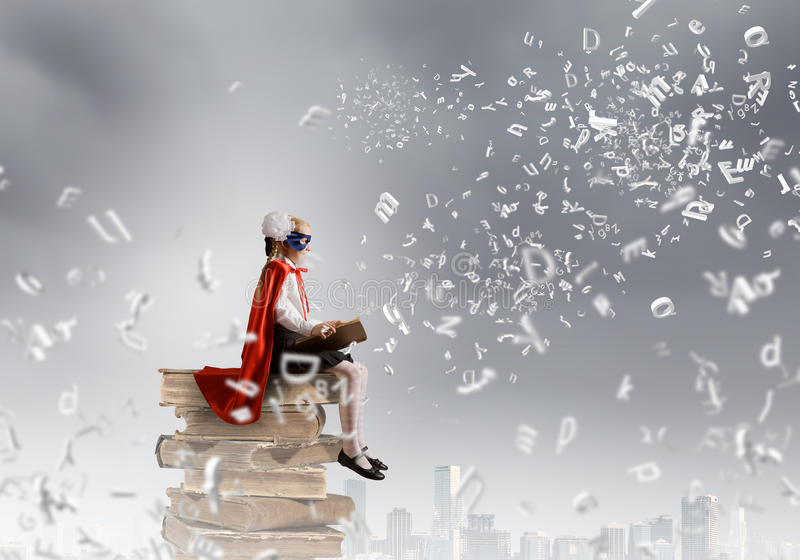 Superkid με το βιβλίο στοκ φωτογραφία