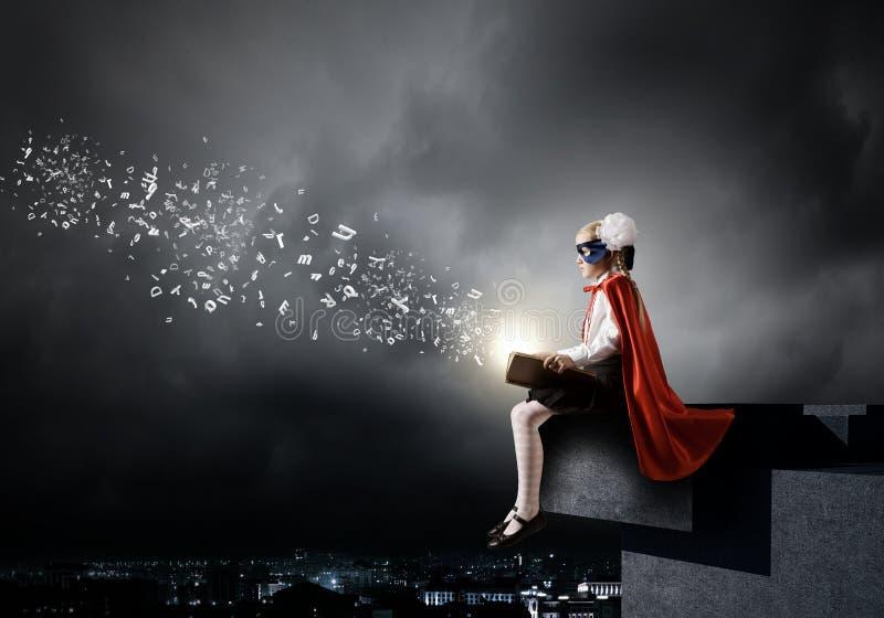 Superkid con el libro imagenes de archivo
