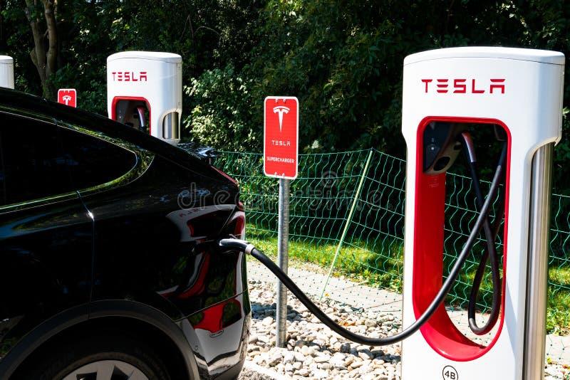 Superladestation Tesla in Maienfeld, die freie Aufladung aller Tesla-Autos innerhalb einer Stunde erlaubend stockfotos