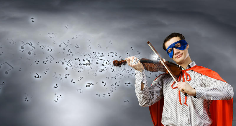 Superman jouant le violon images stock