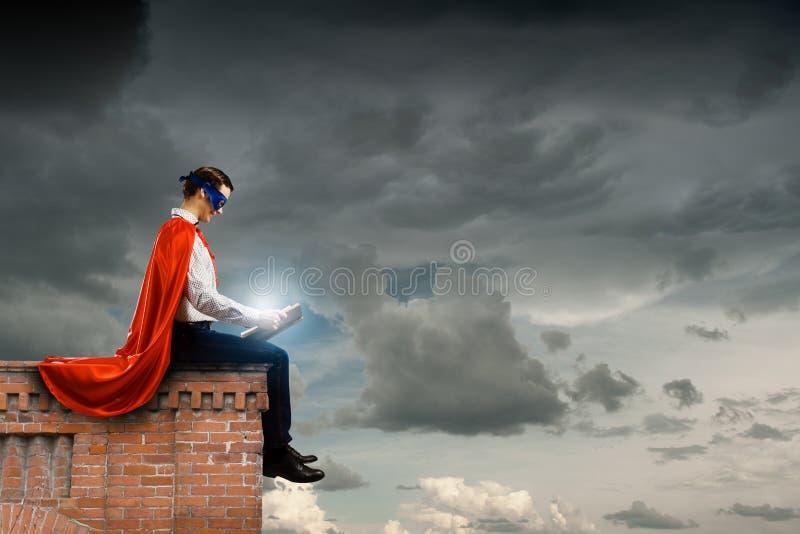 Superman met boek stock afbeeldingen
