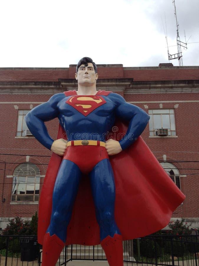 Supermann steht groß lizenzfreies stockfoto