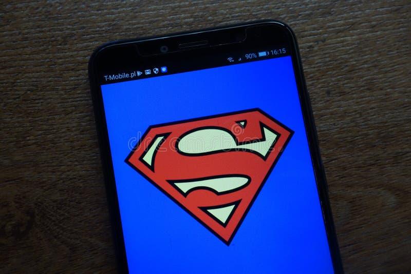 Supermannlogo angezeigt auf einem modernen Smartphone stockbilder