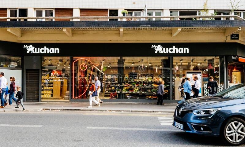 Supermarché Auchan à Paris, France avec des clients photographie stock libre de droits