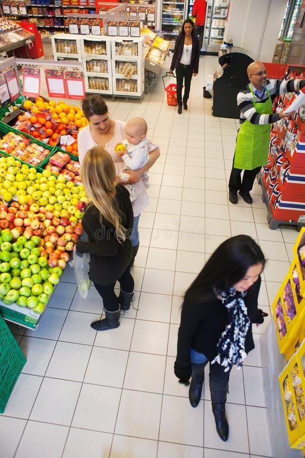 Supermarché occupé images stock