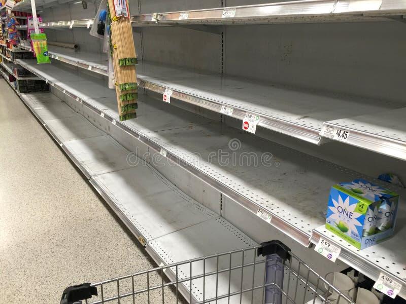 Supermarketön av buteljerat vatten är slutsåld på en lokal livsmedelsbutik arkivfoto