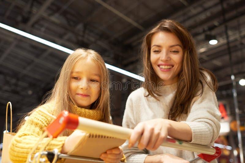 supermarket för dottermodershopping arkivfoton
