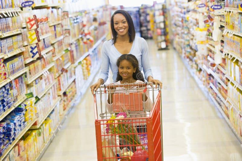 supermarket för dottermodershopping arkivfoto