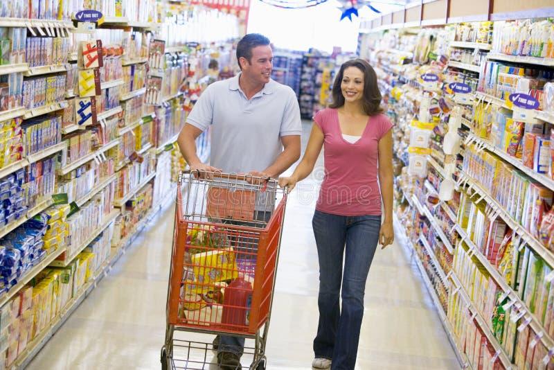 supermarket för gångparshopping royaltyfri bild