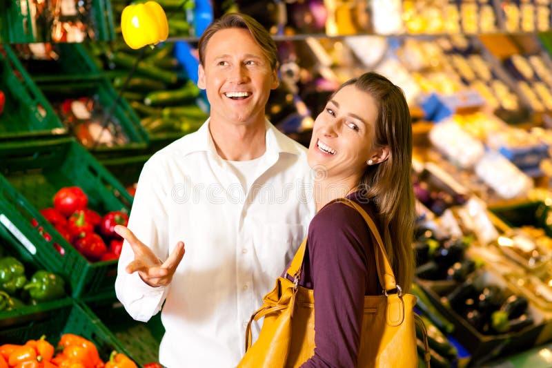 supermarket för livsmedelfolkshopping royaltyfri foto