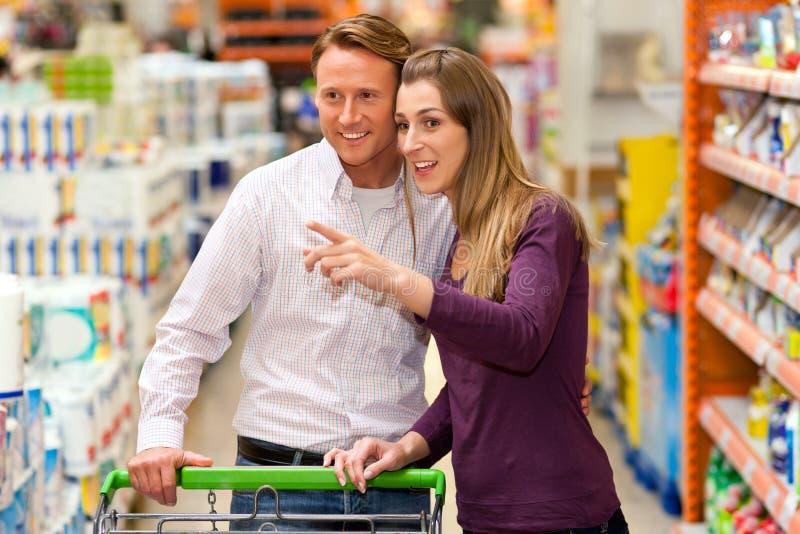 supermarket för vagnsparshopping arkivfoton