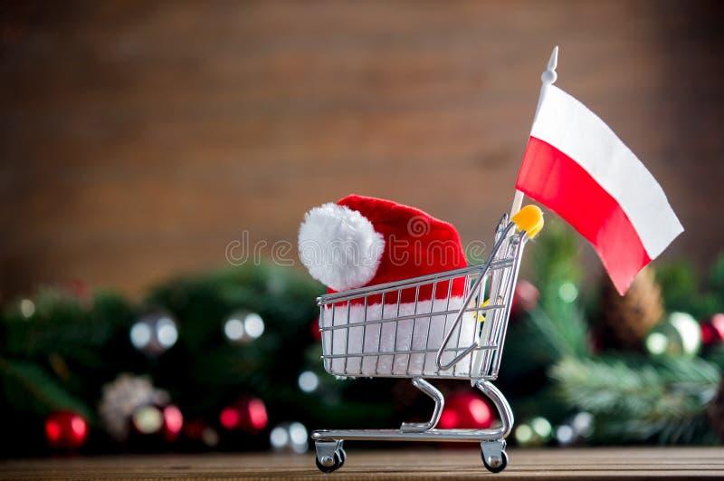 Supermarket fura z Polska flaga i Święty Mikołaj kapeluszem obraz royalty free