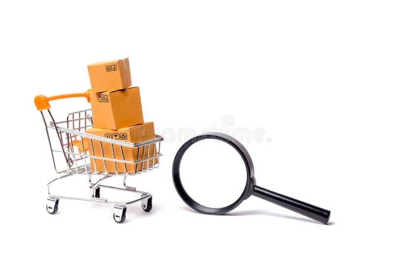 Supermarket fura z pudełkami, merchandise i powiększać, - szkło: pojęcie kupienia i sprzedawania towary i usługi, obrazy stock