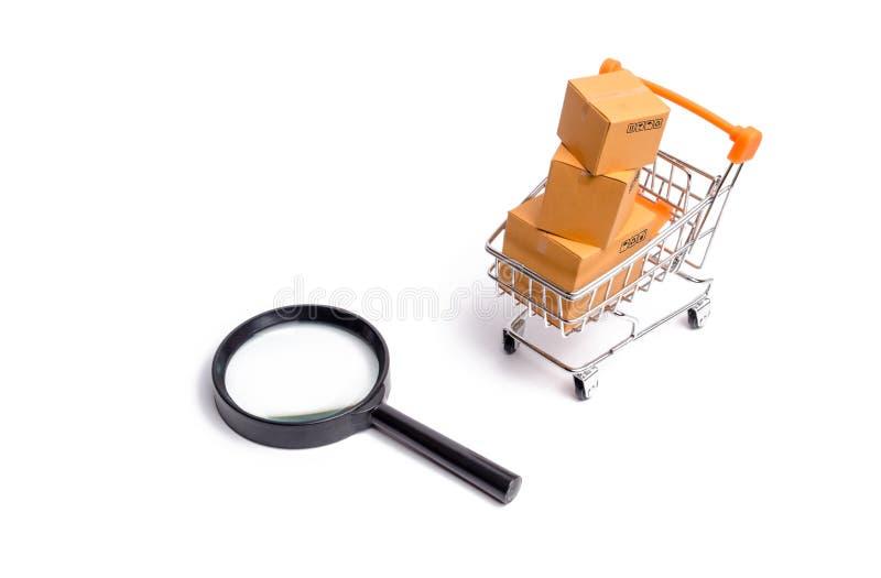 Supermarket fura z pudełkami, merchandise i powiększać, - szkło: pojęcie kupienia i sprzedawania towary i usługi zdjęcie royalty free