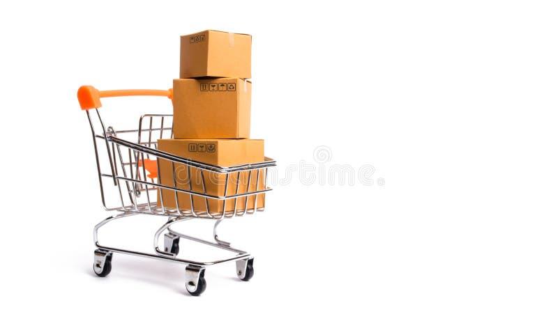 Supermarket fura z pudełkami, merchandise: pojęcie kupienia i sprzedawania towary i usługi, interneta handel zdjęcie royalty free