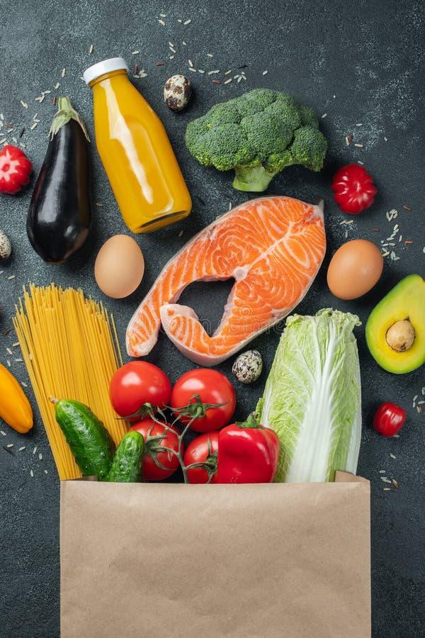 supermarket Papierowa torba pełno zdrowy jedzenie obrazy stock