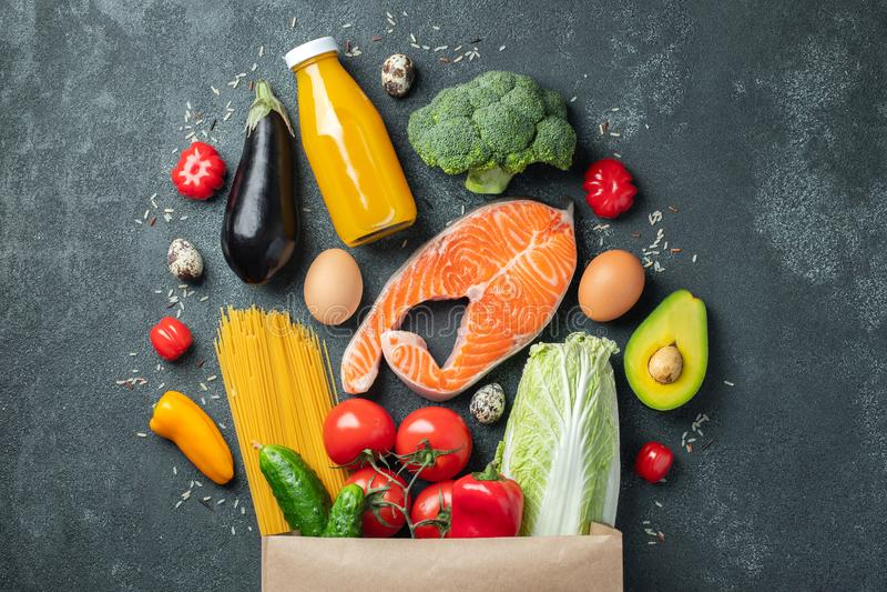 supermarket Papierowa torba pełno zdrowy jedzenie zdjęcie stock