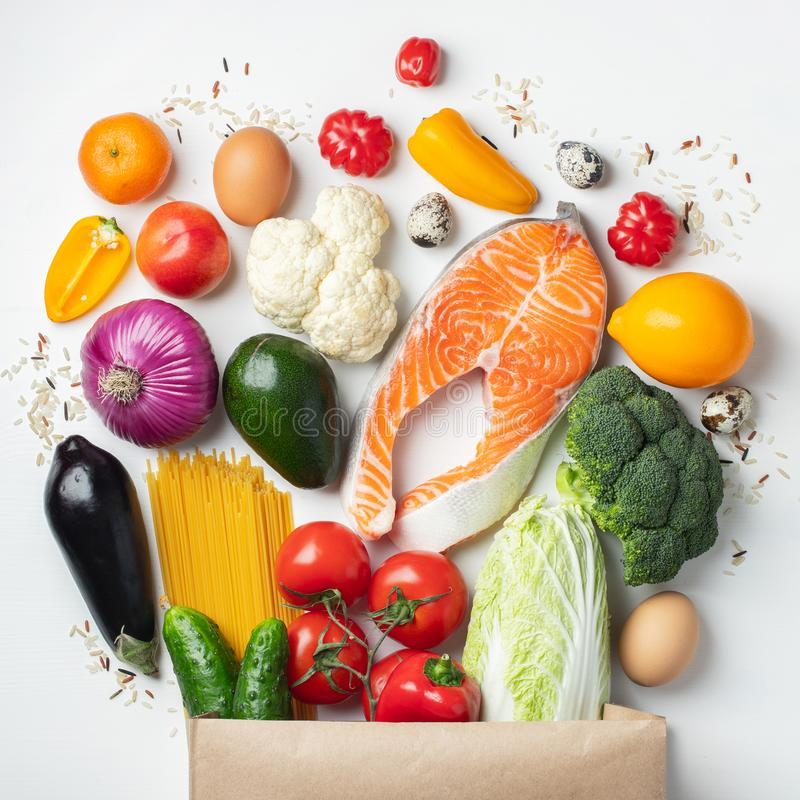 supermarket Pappers- påse mycket av sund mat royaltyfri bild