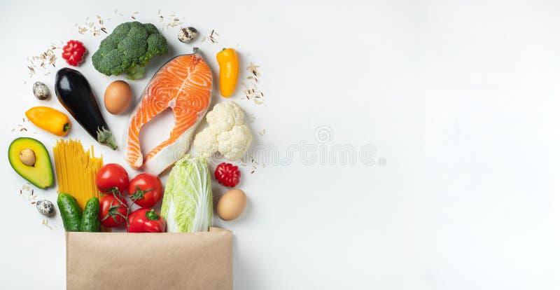 supermarket Pappers- påse mycket av sund mat royaltyfria foton