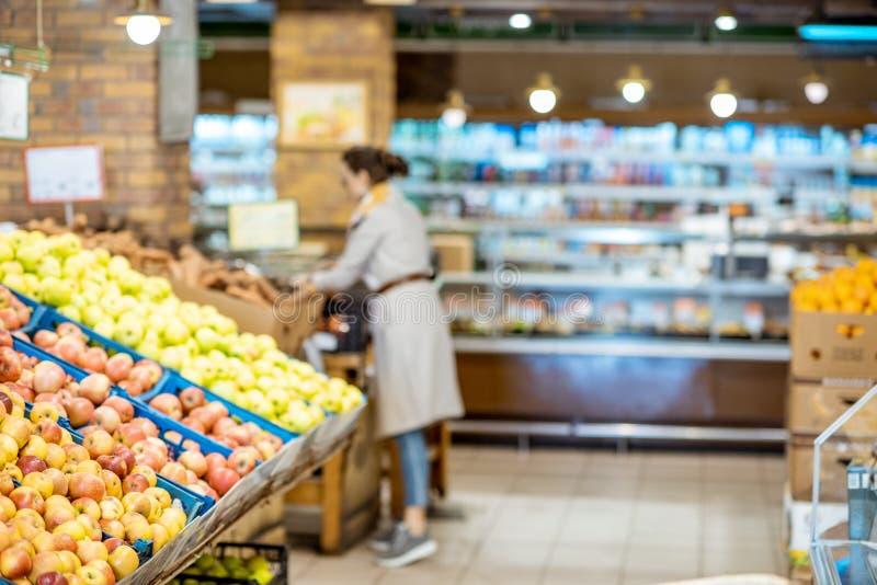 Supermarket som är inre med nya frukter arkivfoto