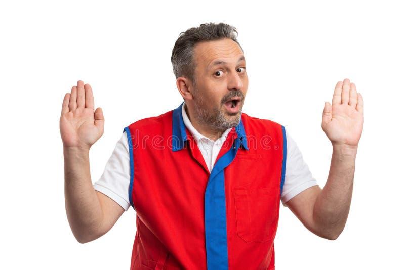 Supermarketa pracownik robi niewinnie wyrażeniu i gestowi obrazy royalty free