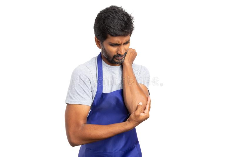 Supermarketa pracownik trzyma bolesnego łokieć zdjęcia stock