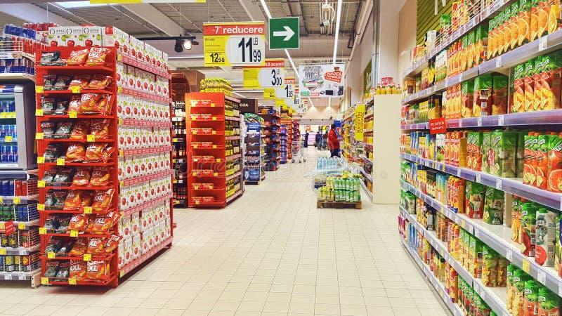 Supermarketa wnętrze z napojami i przekąskami obraz stock