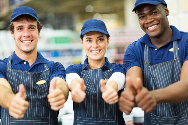 Supermarketarbetare tummar upp fotografering för bildbyråer