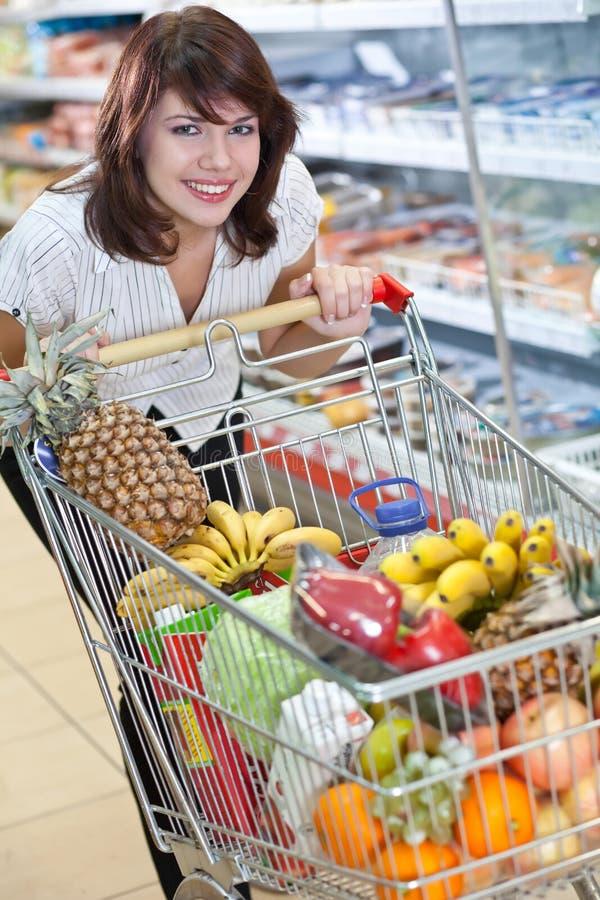 supermarketkvinnabarn royaltyfria foton