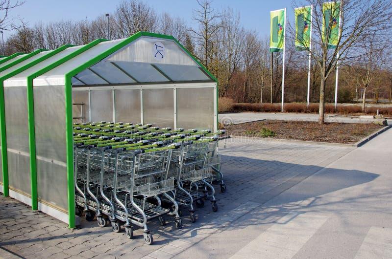 Supermarketshoppingspårvagnar royaltyfri foto