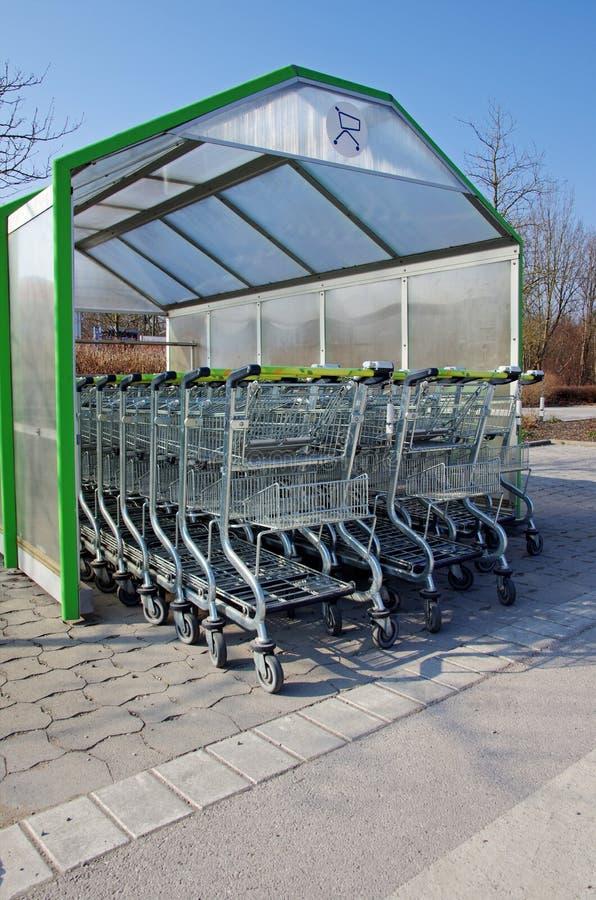 Supermarketshoppingspårvagnar royaltyfria bilder