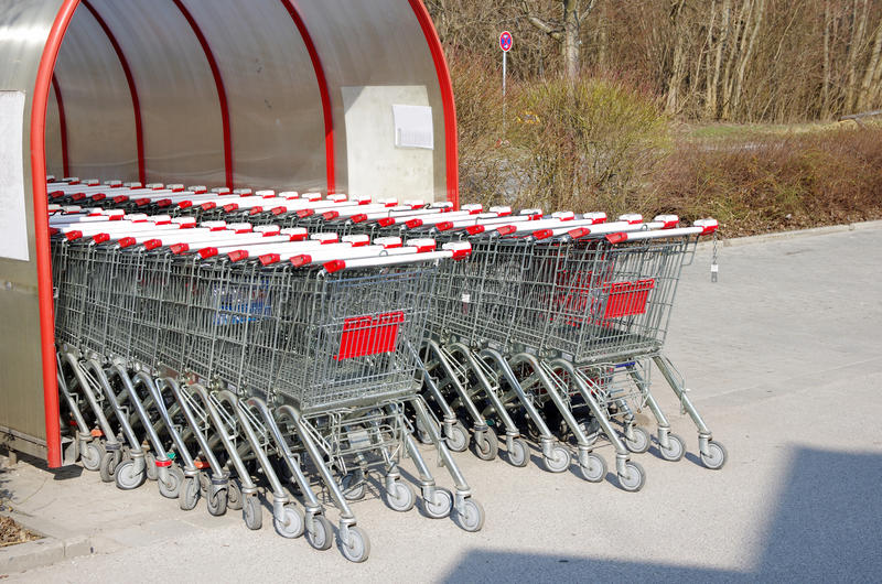 Supermarketshoppingvagn arkivfoton