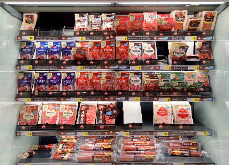 Supermarkt, gerookte worsten en hambox stock afbeeldingen