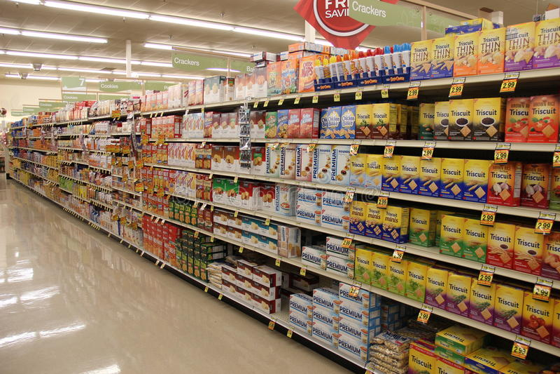 Supermarkt het winkelen doorgang stock foto's