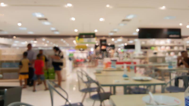 Supermarkt im undeutlichen Hintergrund stockfotografie