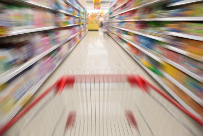 Supermarkt met een boodschappenwagentje stock afbeeldingen