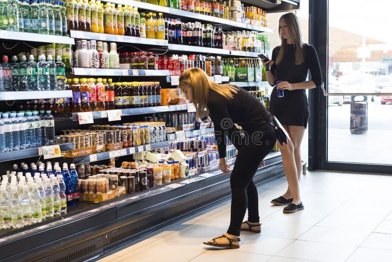 Supermarkt met planken van voedsel en dranken Merkur in Oostenrijk royalty-vrije stock afbeeldingen