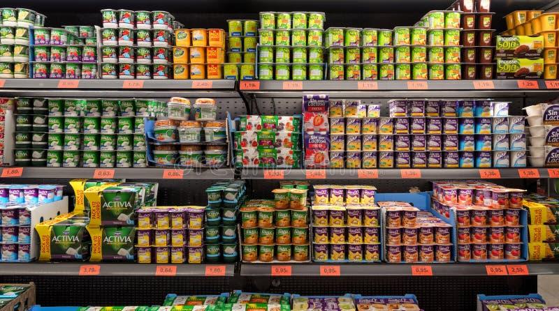 Supermarkt, selectie van yoghurt op de planken stock fotografie