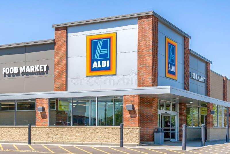Supermarkt und Zeichen Aldi stockfotos