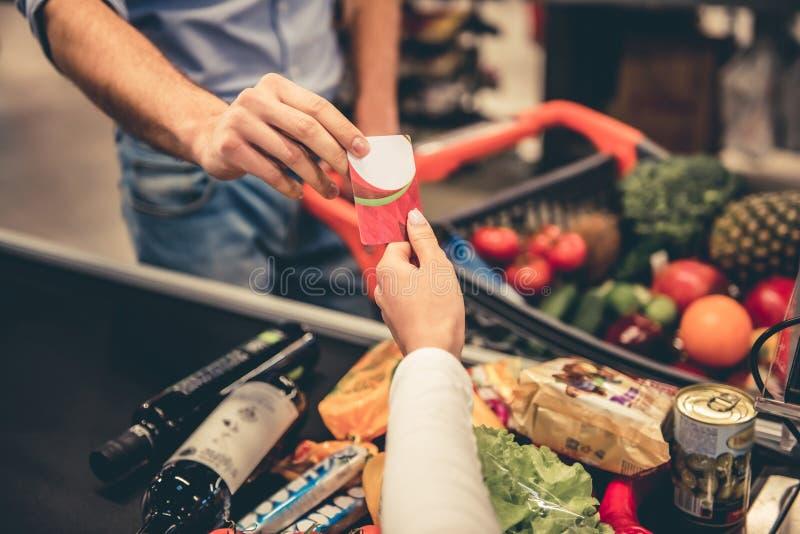 Am Supermarktbargeldschreibtisch stockfoto
