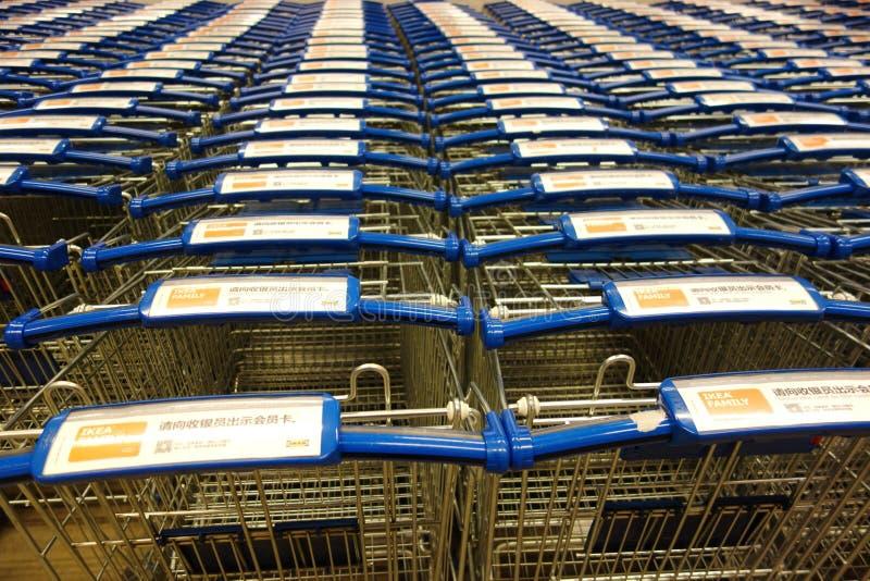 Supermarktboodschappenwagentjes royalty-vrije stock fotografie
