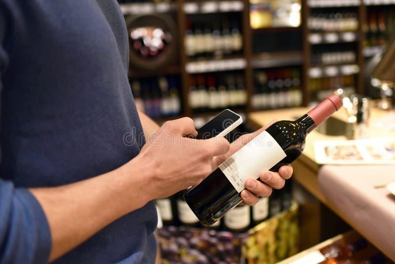 Supermarkteinkaufen mit Smartphone - setzen Sie Vergleich und für Preis Informationen fest lizenzfreie stockfotografie