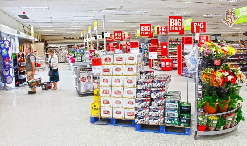 Supermarktleuteeinkaufen stockbilder